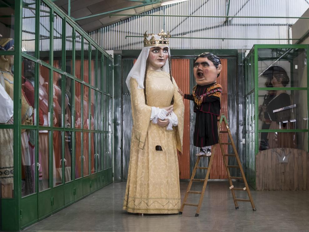 La Forana, observa las melenas de la Reina, con la ayuda de una escalera.