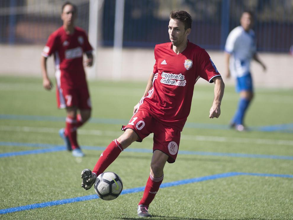 Un jugador del Caspe ante el San Fernando.