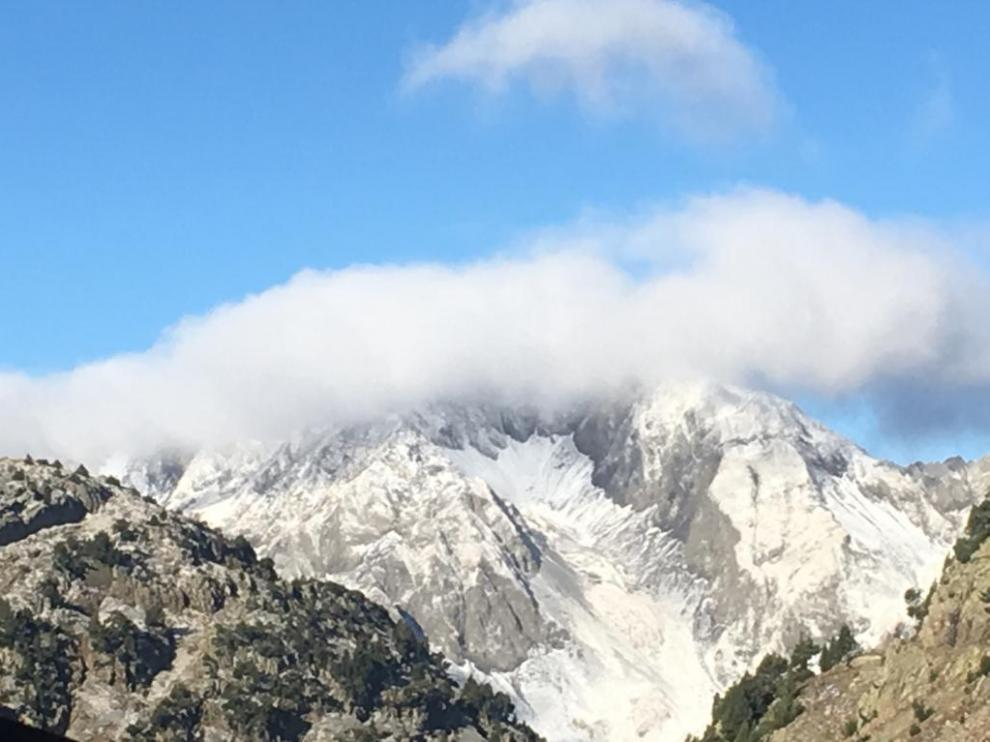 Fotografía tomada desde el refugio de Respomuso del pico de Soba blanqueado por la nieve