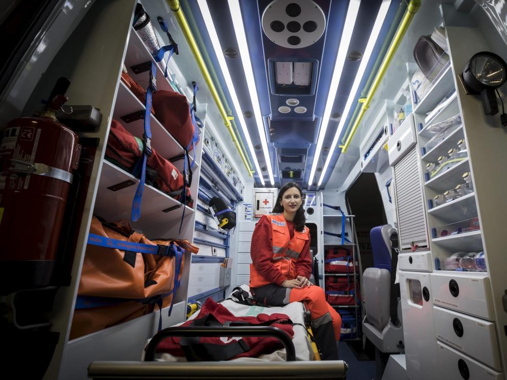 Helena Benito en una de las ambulancias que estas fiestas recorrerá las calles de Zaragoza.