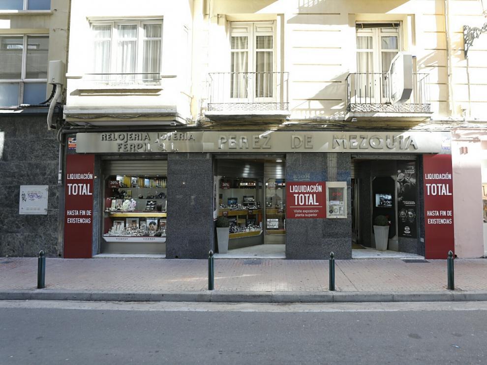 Fachada de la relojería-joyería Pérez de Mezquía, este lunes, con grandes carteles de liquidación.