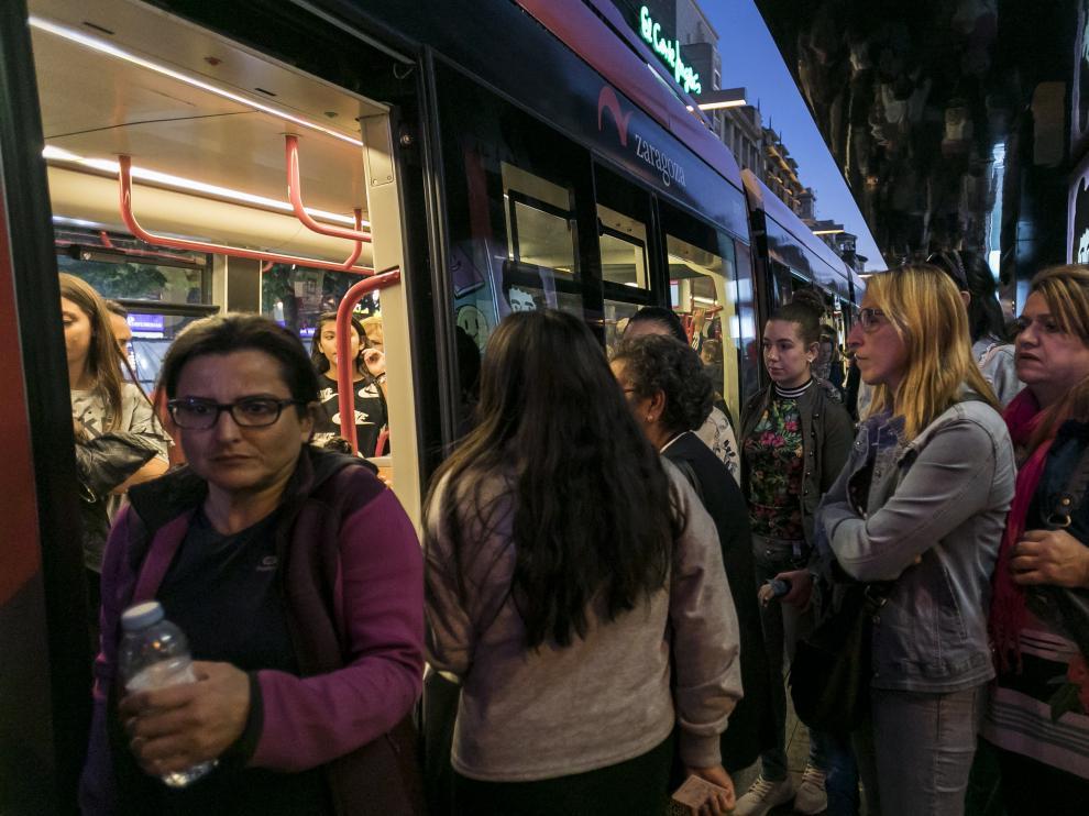 El tranvía, este lunes, en la parada de la plaza de España.
