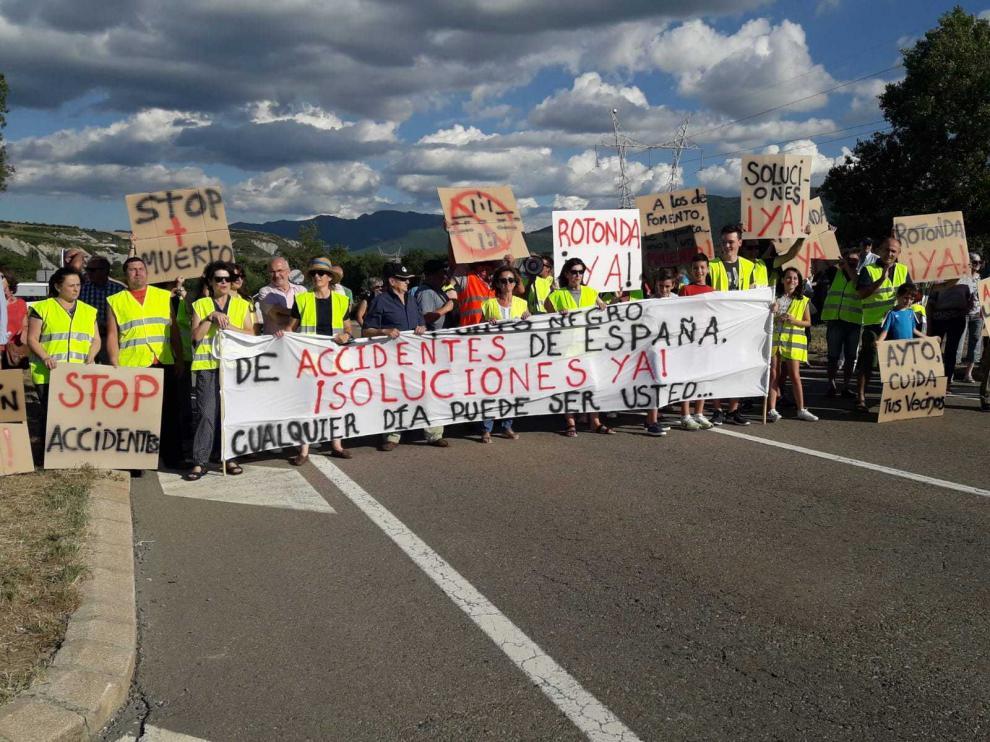 Concentración de los vecinos de Aurín para pedir un cruce más seguro el pasado 22 de julio.