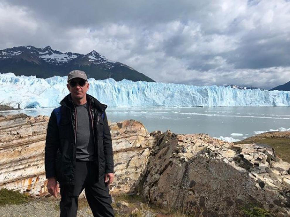Jeff Bezos, con el glaciar Perito Moreno de fondo, en una imagen de su perfil de Instagram.