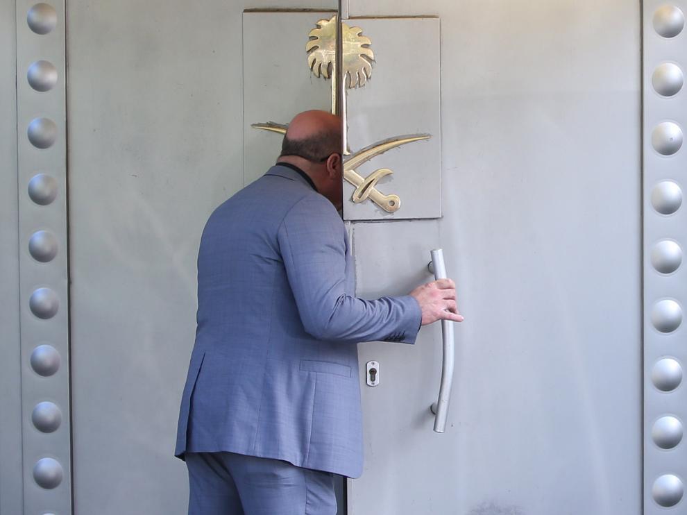 Puerta del consulado de Arabia Saudí en Estambul, donde se vio por última vez al periodista desaparecido.