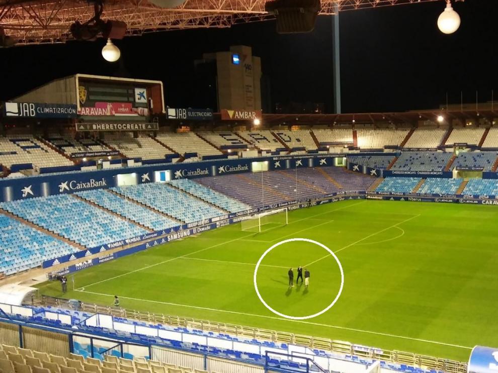 Cuartero, Lalo y Barba, sobre el césped de La Romareda (en el círculo), a las 23.50 del lunes, minutos después de acabar el Real Zaragoza-Osasuna.