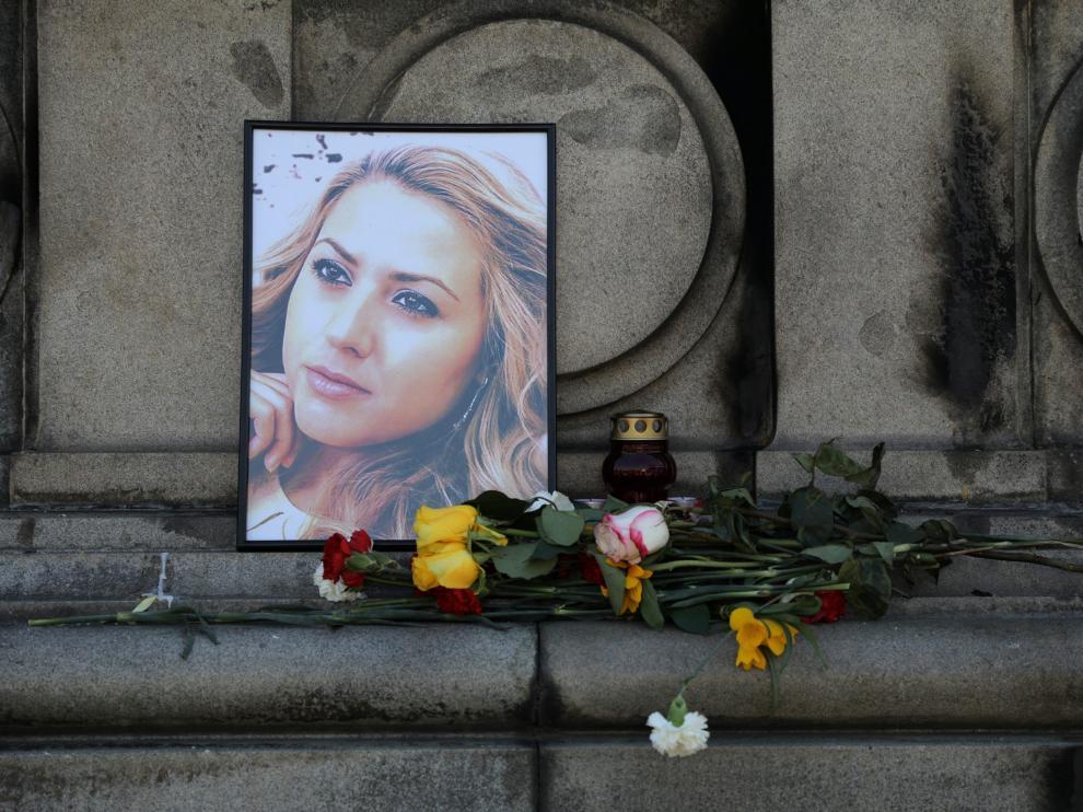 Flores y velas en Ruse (Bulgaria) en memoria de la periodista Viktoria Marinova.