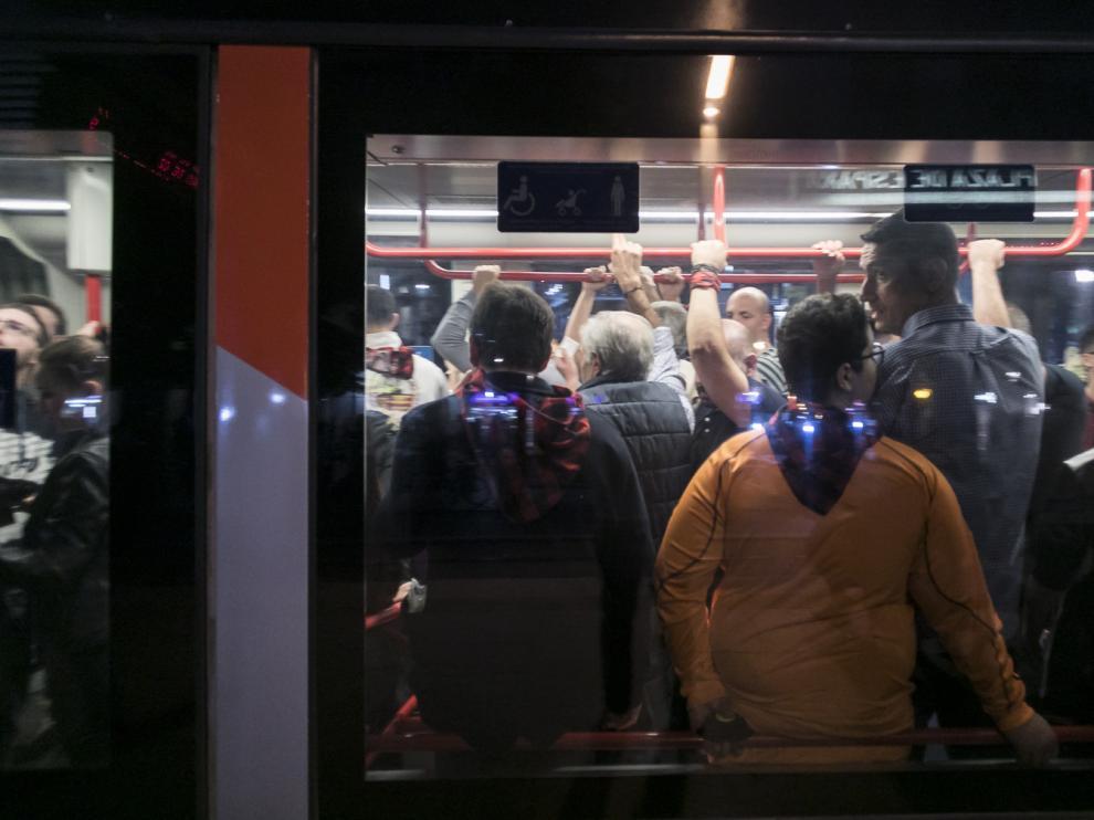 Un tranvía lleno por la huelga en plenas Fiestas del Pilar