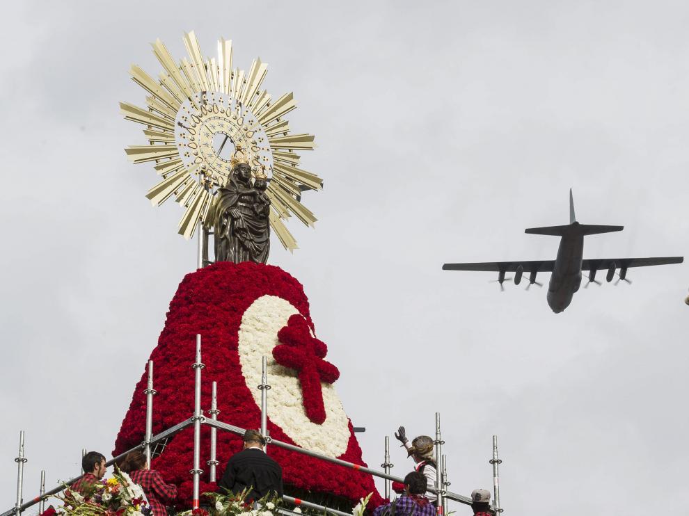 Un avión Hércules sobrevuela la Ofrenda de flores de octubre de 2016.