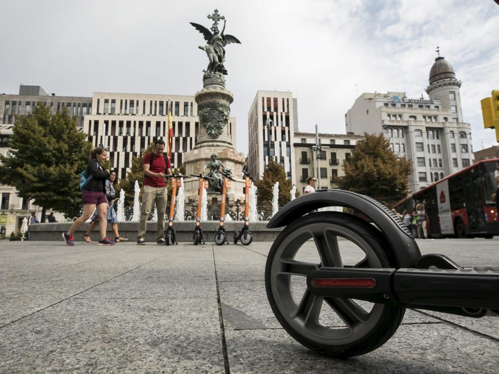 Varios patinetes eléctricos de Koko, en la plaza de España de Zaragoza