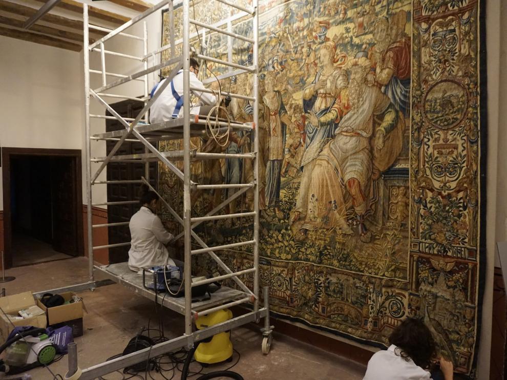 El grupo, trabajando sobre un tapiz del Museo Diocesano.