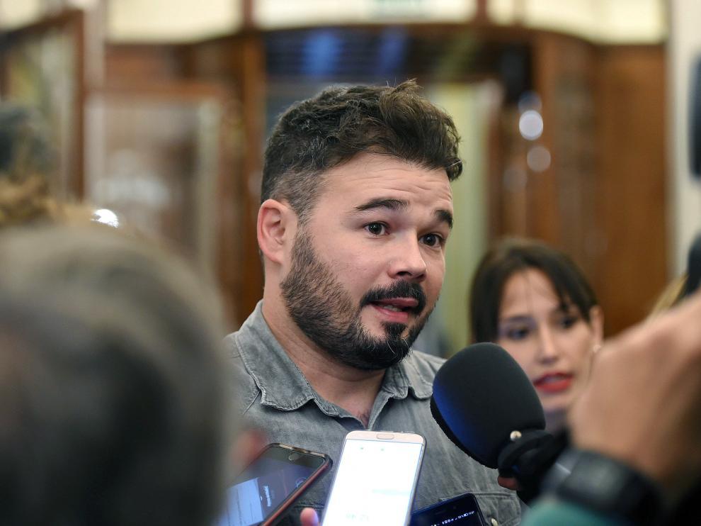 Gabriel Rufián atendiendo a los medios en imagen de archivo.