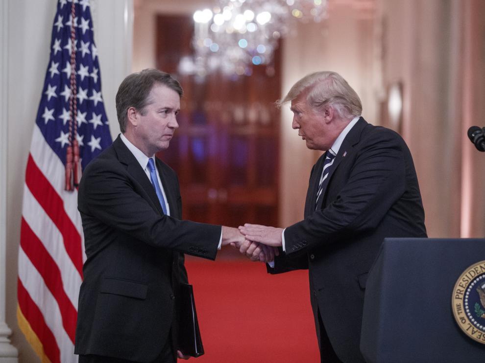 Donald trump saluda al nuevo juez del Tribunal Supremo, Brett Kavanaugh, durante una ceremonia para festejar su investidura.