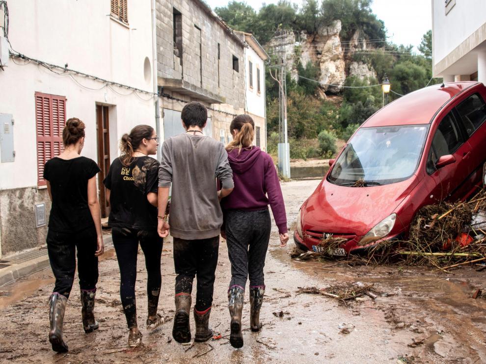 Vecinos y voluntarios han colaborado en las tareas de limpieza en Sant Llorenç tras la riada.