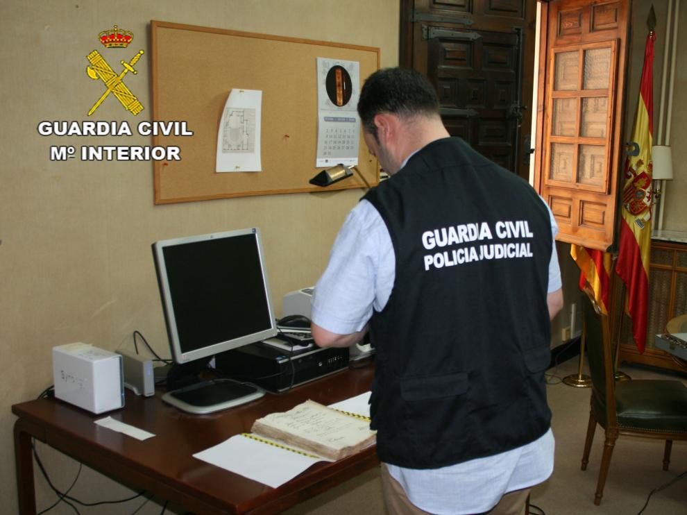 Un agente de la Guardia Civil investigando en el Archivo Histórico Provincial de Zaragoza.