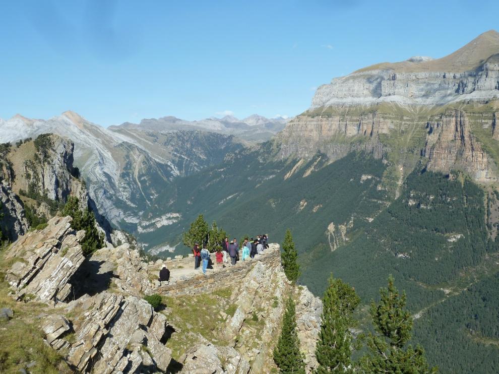 Grupo de informadores turísticos franceses del valle de Gavarnie miran Ordesa tras la geo ruta sierra de Cutas.