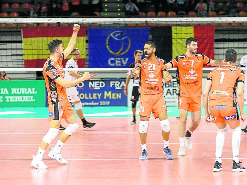 Los jugadores naranjas celebran un tanto en su regreso a la Champions frente al Lindemans belga en Los Planos.