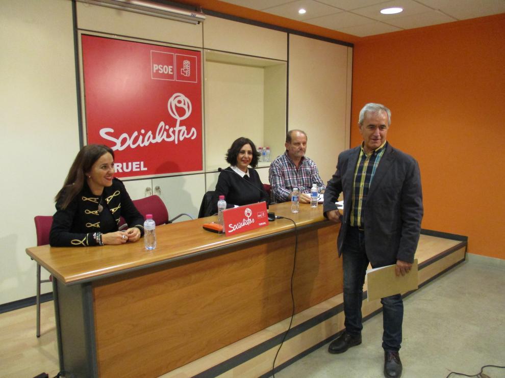 Samuel Morón, de pie, durante la rueda de prensa del PSOE en la sede de Teruel.