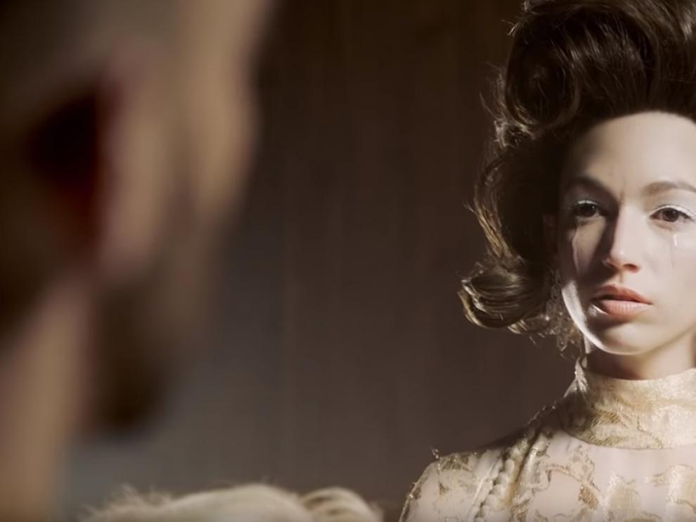 Fotograma del videoclip, donde la actriz ejerce de 'femme fatale'.