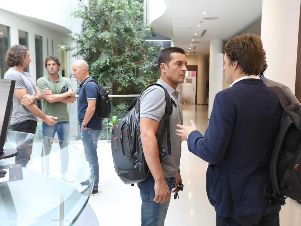 Francisco Rodríguez (en el centro) a su llegada a Huesca este miércoles.
