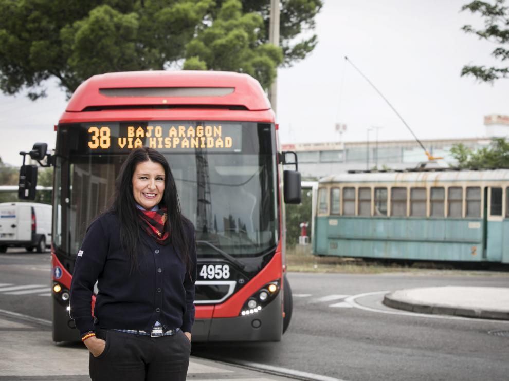 Ana Belén Longares conduce un autobús urbano de Zaragoza desde hace diez años
