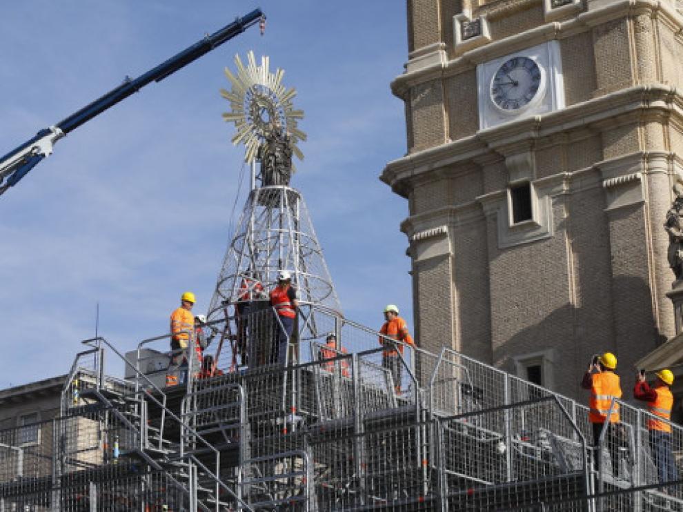 La Virgen del Pilar ya luce en lo alto de la estructura de la Ofrenda