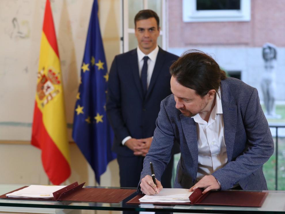 El presidente del Gobierno, Pedro Sánchez (izda), y el secretario general de Podemos, Pablo Iglesias, han firmado hoy en el Palacio de la Moncloa el acuerdo sobre el proyecto de ley de presupuestos para 2019.