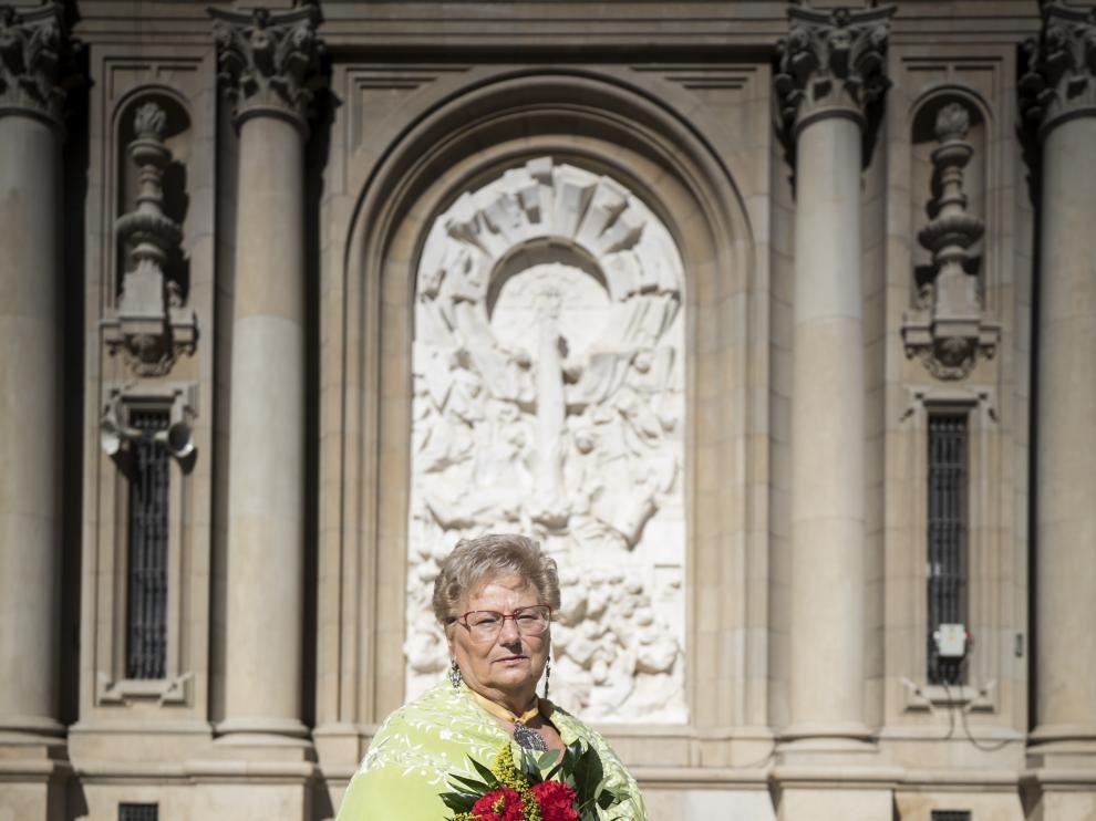 Angelines Benedi, vestida de baturra y con un ramo de claveles rojos, las mismas flores con las que se confecciona la Cruz de Lorena.