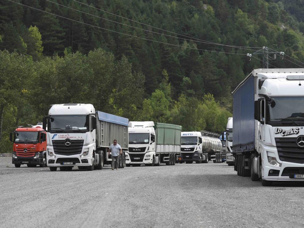 Imagen de archivo de camiones parados tras el corte del túnel del Canfranc