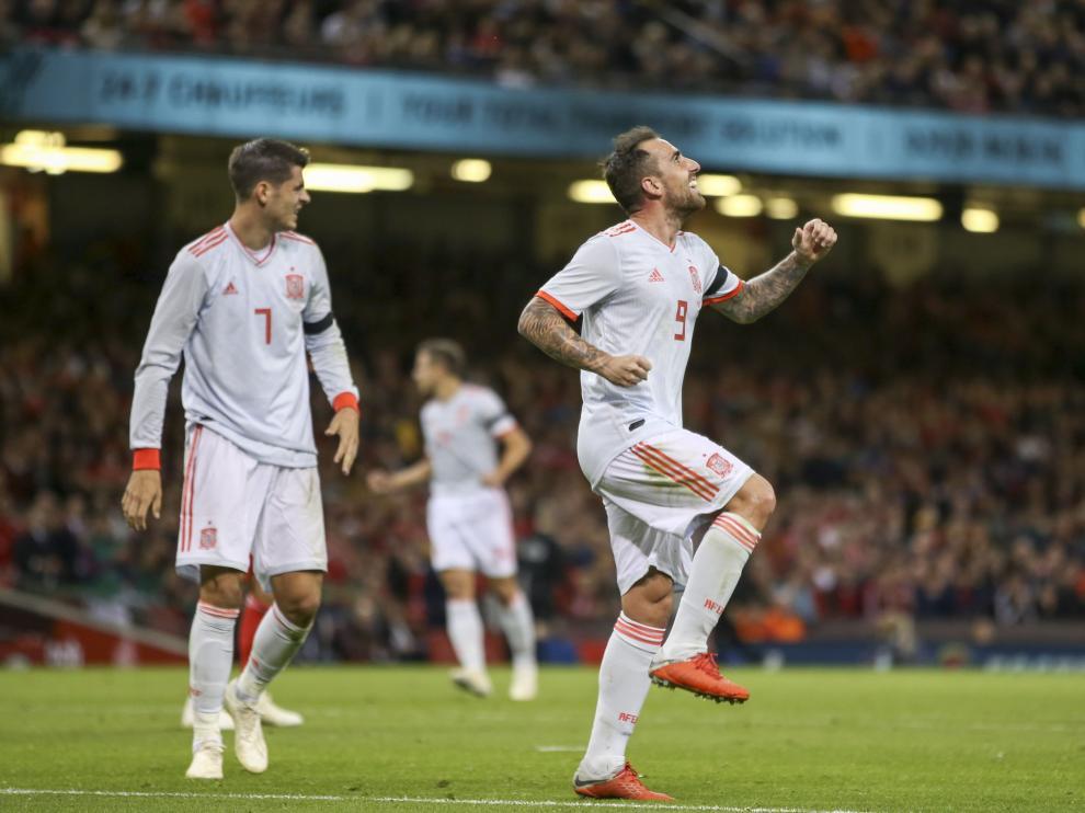 Paco Alcácer celebra tras amrca uno de los goles en el Gales-España.