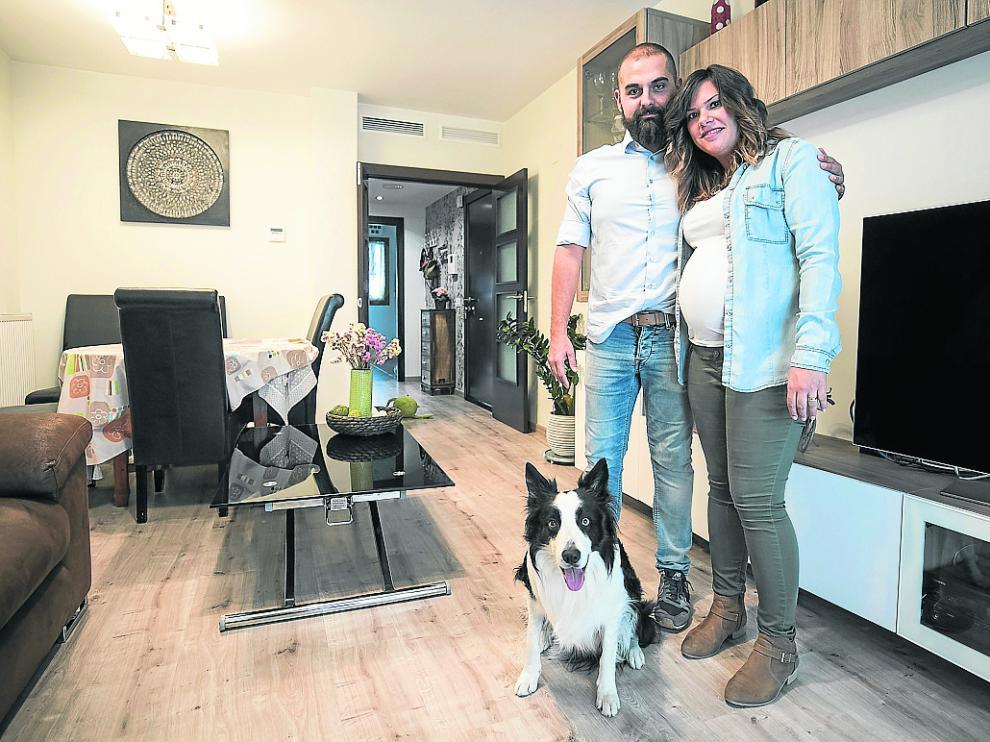 Jorge y Ángela, acompañados por su perro Máximo, en su vivienda de Parque Venecia