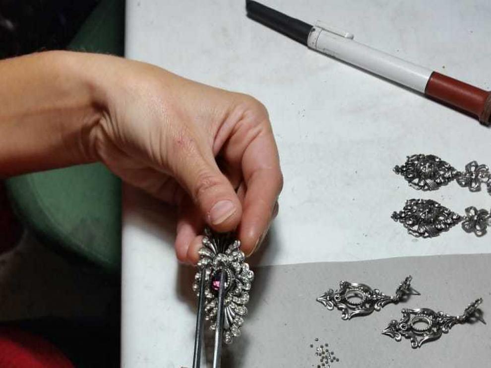 Iliana Casasnovas creando una pieza de joyería baturra.