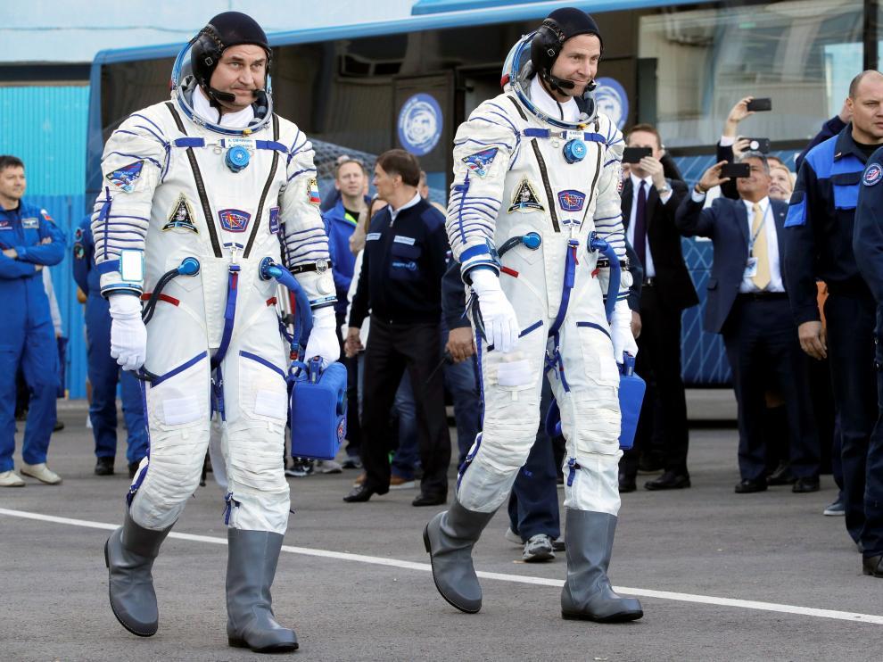 Alexey Ovchinin y Nick Hague, momentos antes de subir a bordo de la Soyuz MS-10.