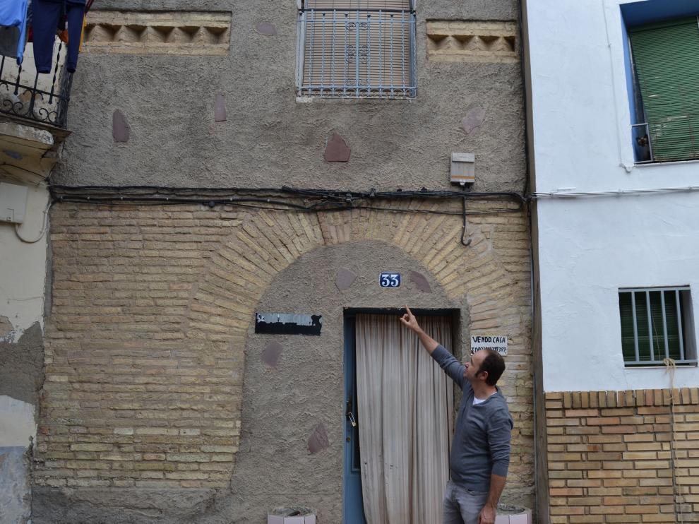 El presidente de El Patiaz, Fran Castillo, ante una de las viviendas de lo que fue la aljama de Tauste.