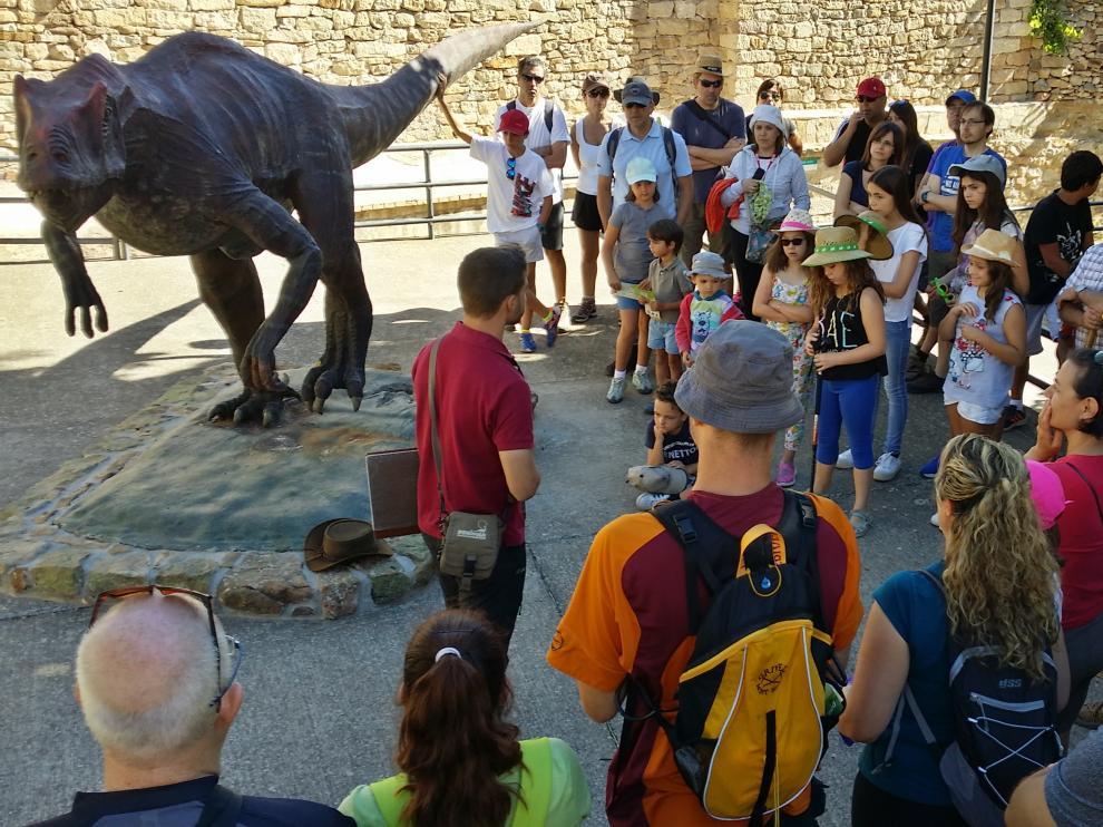 Las rutas senderistas en El Castellar para conocer restos fósiles de dinosaurios -en la foto- atraen mucho público y son un ejemplo de iniciativa para lograr turismo.