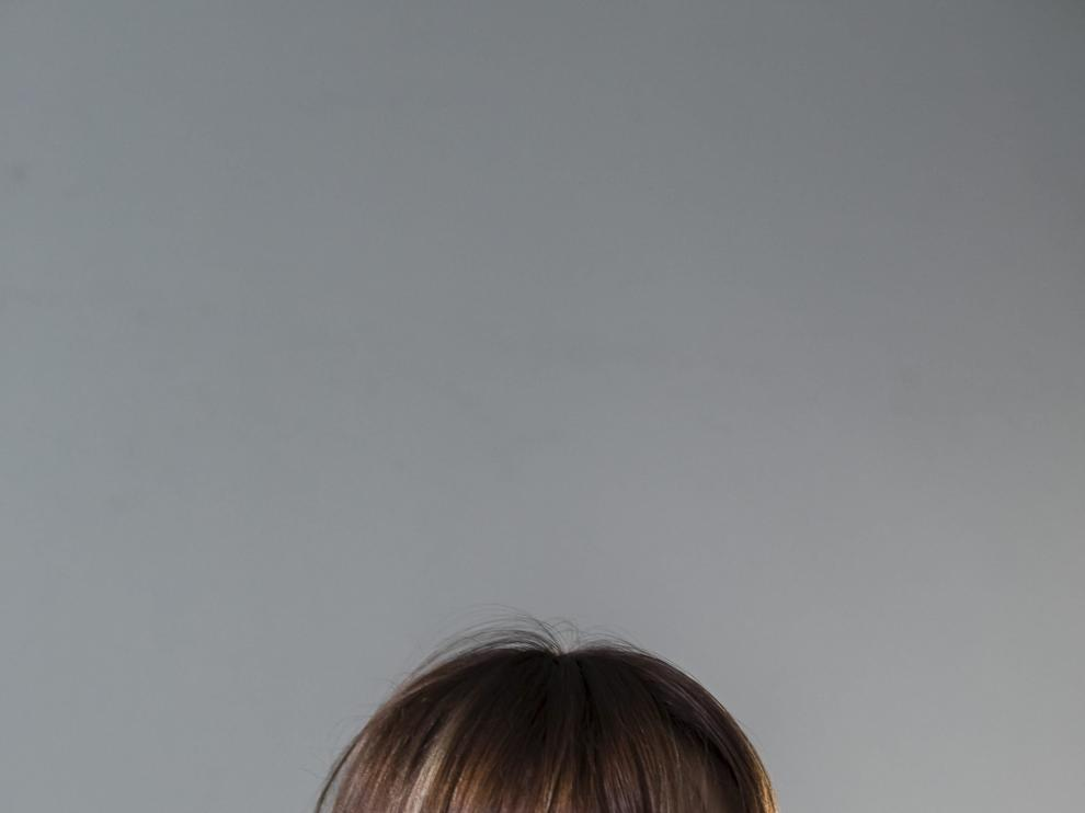 Mamen Marcén se convierte en la Pili, la protagonista de su cartel de fiestas ganador del concurso de este año. La guirnalda de flores la ha confeccionado Irene Soria, de la floristería La Moderna, y las margaritas amarillas que aparecen crecieron en el huerto de Marisol y Álvaro en Osera de Ebro.