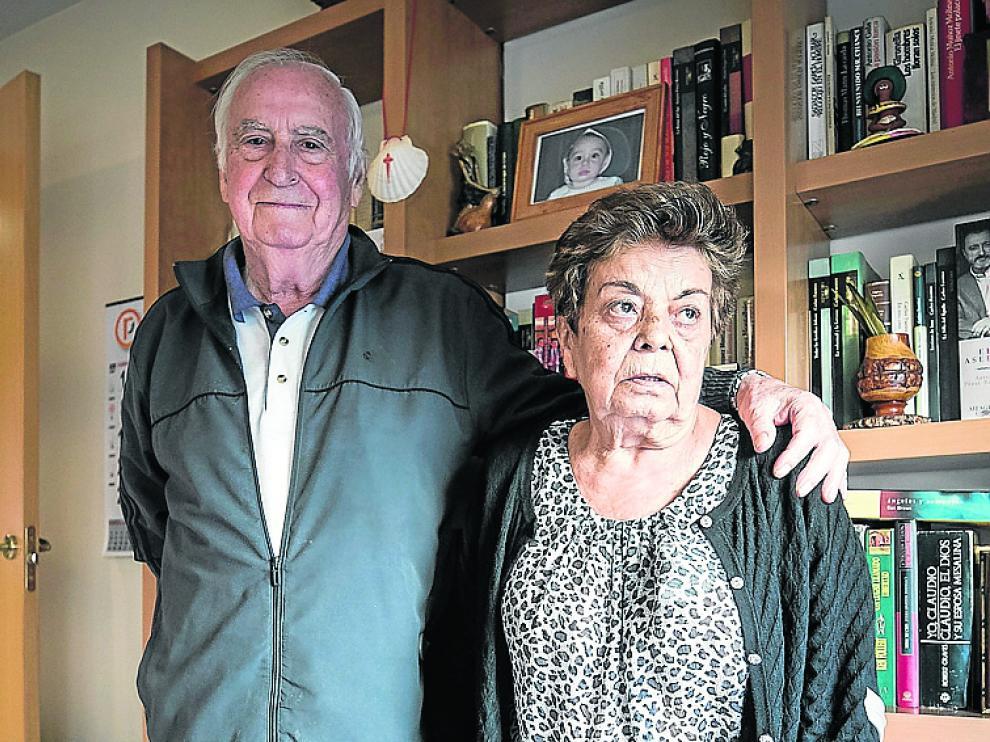 Enrique y Fina, en su vivienda sindical de Balsas de Ebro Viejo.