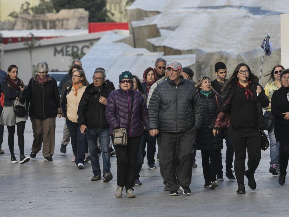 Un grupo de turistas, este jueves por la mañana en la plaza del Pilar.