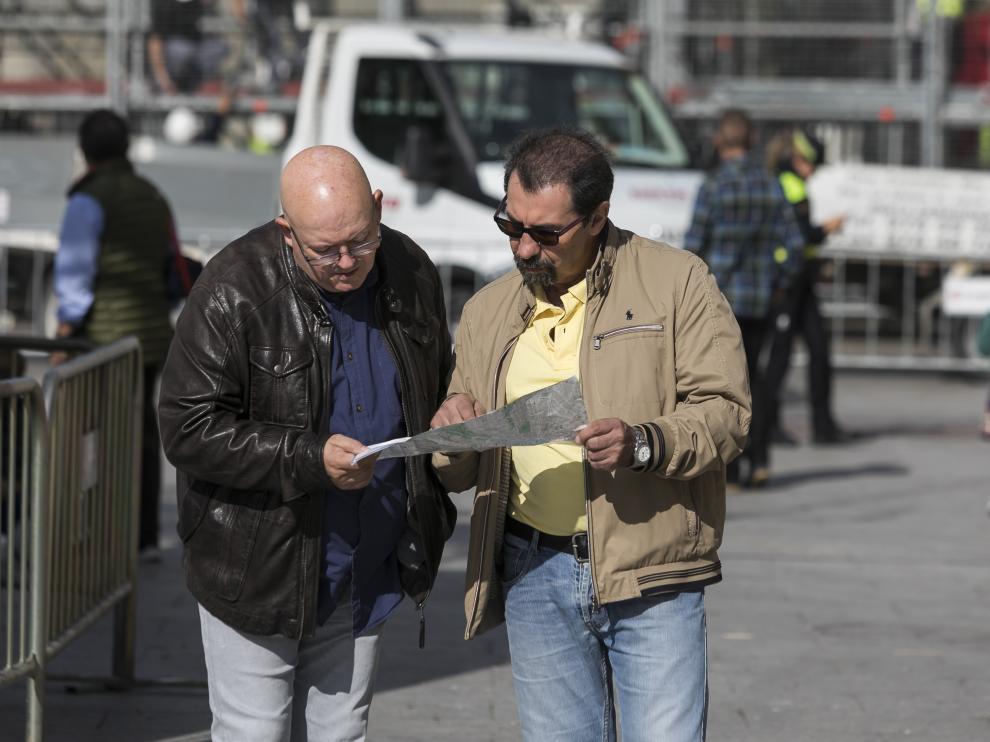 Dos turistas consultan un mapa, este jueves en la plaza del Pilar.
