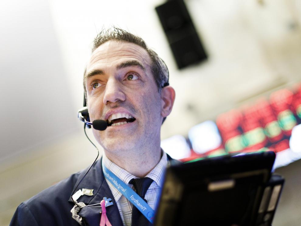Corredores de bolsa trabajan hoy, miércoles 10 de octubre de 2018, en la Bolsa de Valores de Nueva York (Estados Unidos). Wall Street cerró hoy con fuertes pérdidas, que se aceleraron en la última media hora, y el Dow Jones de Industriales cayó un 3,09 %, su peor descenso desde febrero, en medio de ventas generalizadas en el sector tecnológico.
