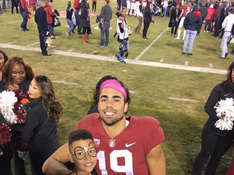 JJ Arcega, tras un partido de esta temporada, junto con su hermano Keanan