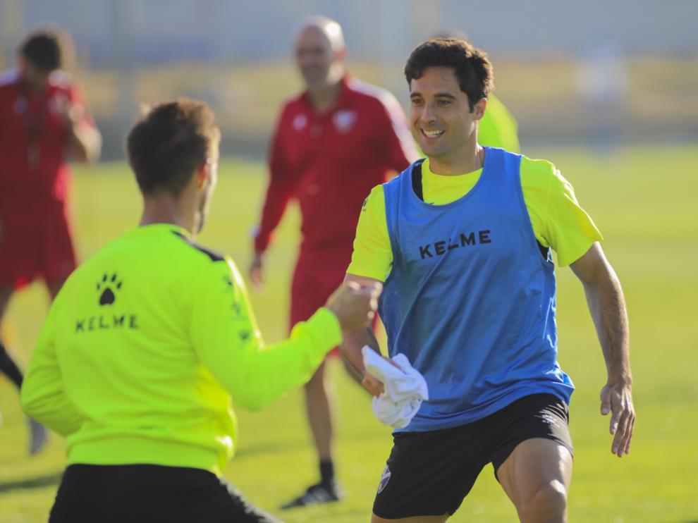 Xabi Etxeita, frente a Jorge Miramón durante un ejercicio del entrenamiento de esta mañana.