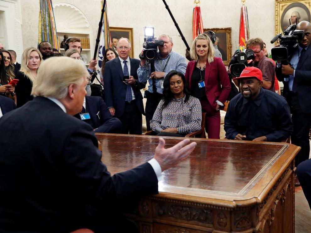 Donald Trump durante el encuentro con el rapero Kanye West en el Despacho Oval.