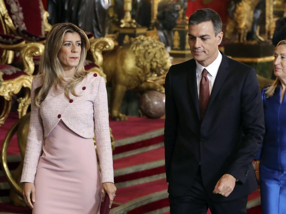 Pedro Sánchez y su esposa Begoña Gómez en el Palacio Real.