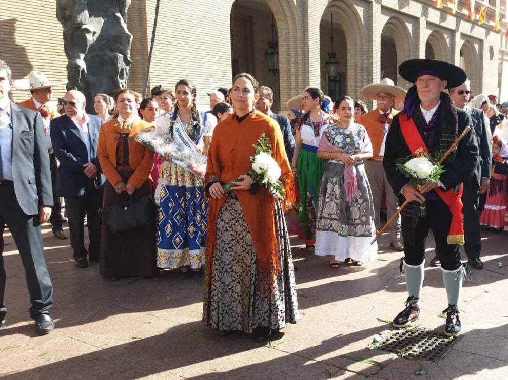 El alcalde participa en la Ofrenda de Flores.