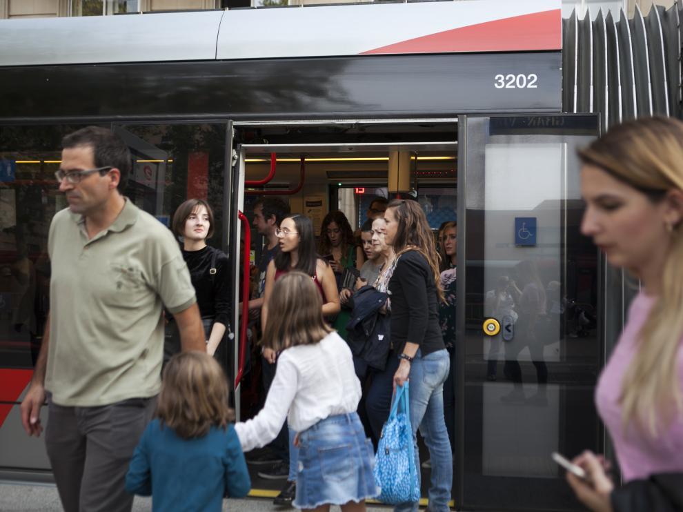 Usuarios del tranvía durante uno de los tramos de huelga del pasado sábado.