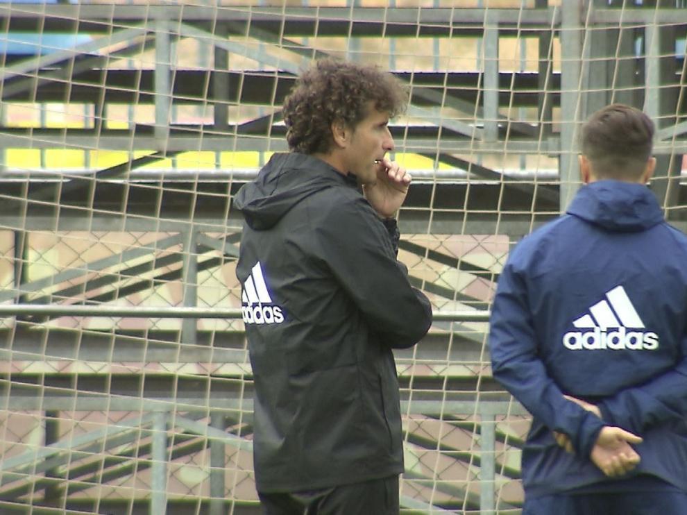 Imanol Idiakez charla a solas con Javi Ros, segundo capitán del Real Zaragoza, en la mañana de este domingo, tras el regreso de Soria.