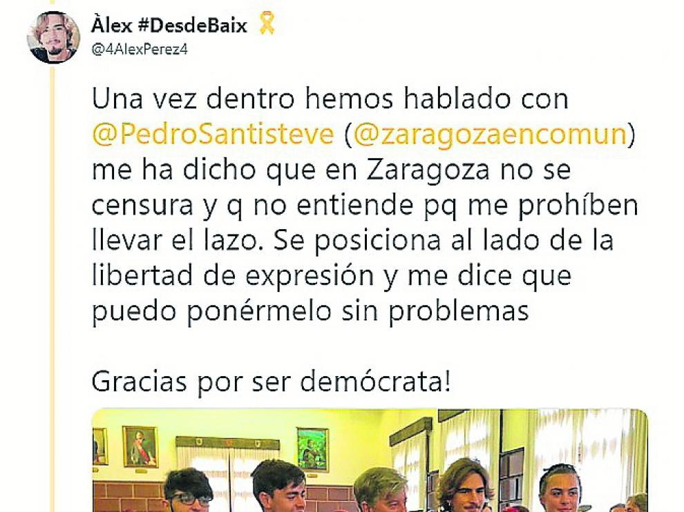 Santisteve, junto a tres de los cuatro jóvenes invitados por la Casa Catalana en Zaragoza que decidieron llevar lazos amarillos en la Ofrenda.