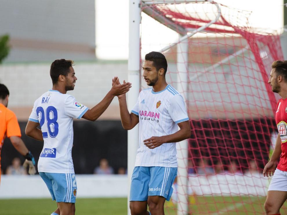 Raí Nascimento (izda.) y Jeison Medina (dcha.) se felicitan tras anotar un gol en el partido de las peñas jugado hace un mes en Calamocha (Teruel).