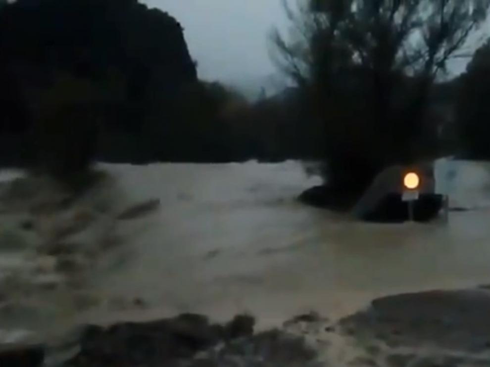 El río Ara, desbordado, a su paso por Jánovas.